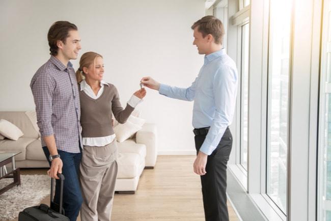 Ungt par väljer mellan att hyra eller köpa