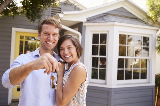 Äldre par gör ett bra husköp