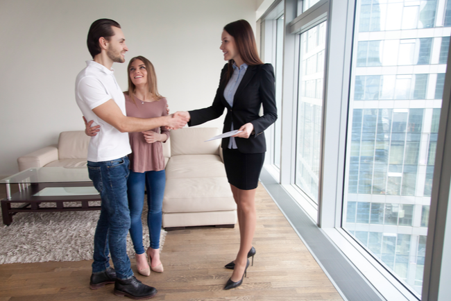 Mäklare visar en lägenhet för två spekulanter