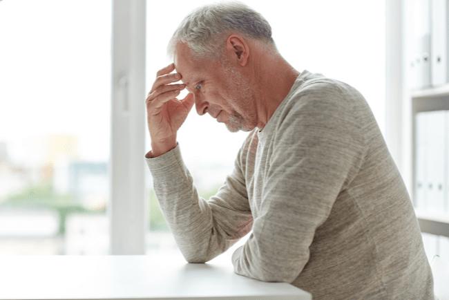 En bild på en äldre man som funderar