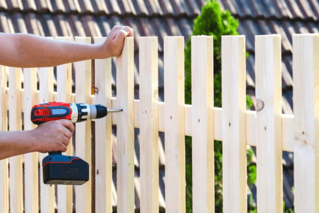 En bild på en man som bygger ett staket