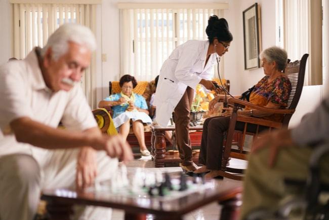 En bild på äldre personer på ett äldreboende