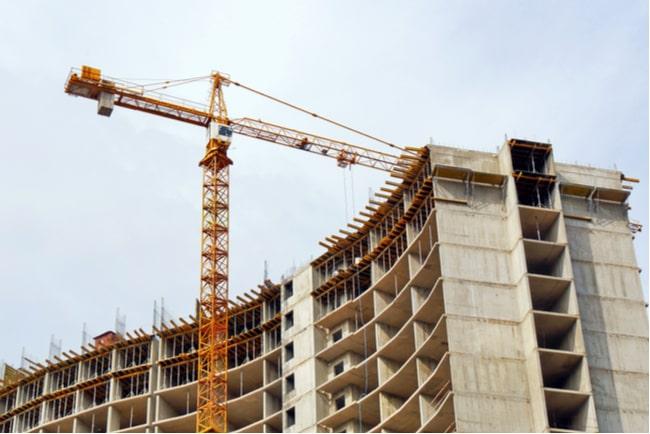 En bild på en kran vid byggarbetsplats
