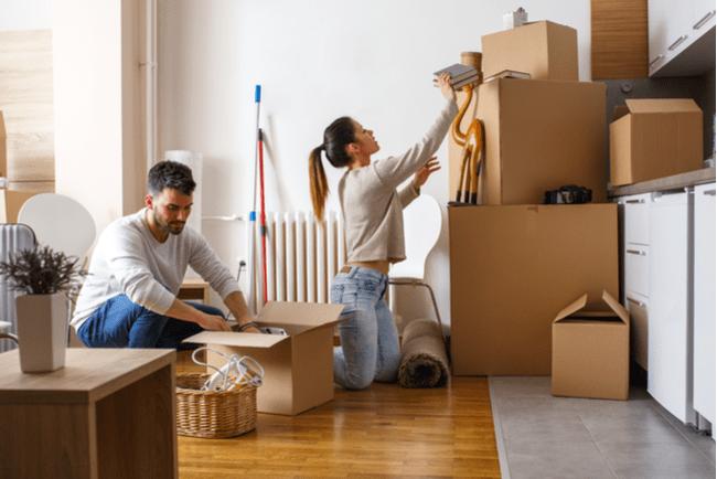 En bild på ett par som flyttar in i en bostad