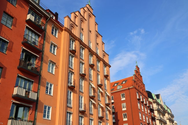 En bild på ett lägenhetshus på Kungsholmen