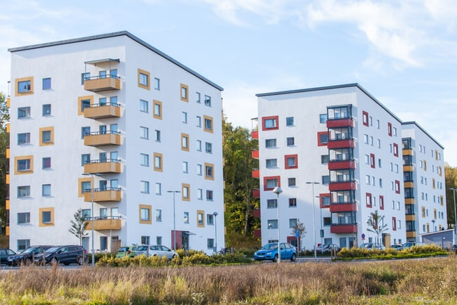 En bild på två lägenhetshus