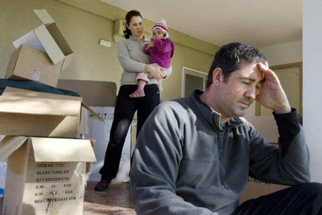 Barnfamilj som vräks från sitt hem