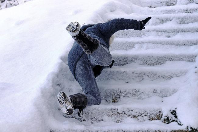 Kvinna ramlar i en trappa