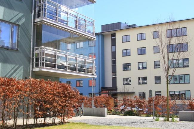 Moderna lägenhetshus med balkonger