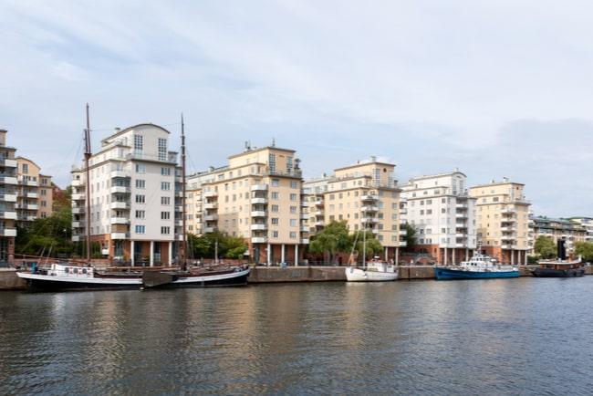 Flera flerfamiljshus som ligger vid vattnet