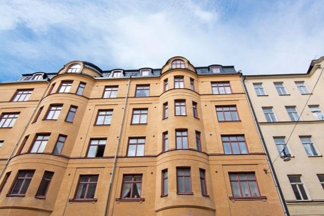 Gult lägenhetshus i sten i Stockholm