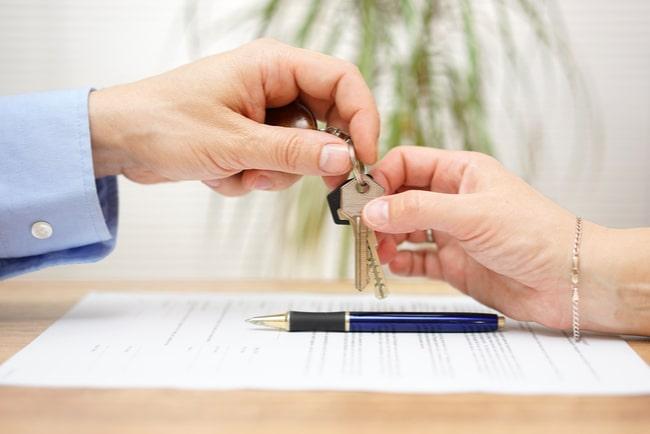 man-lämnar-över-nycklar-till-kvinna