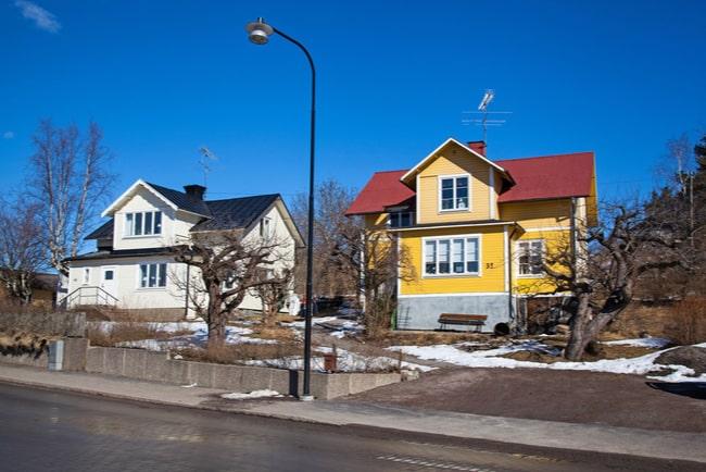 Ett vitt hus och ett gult hus