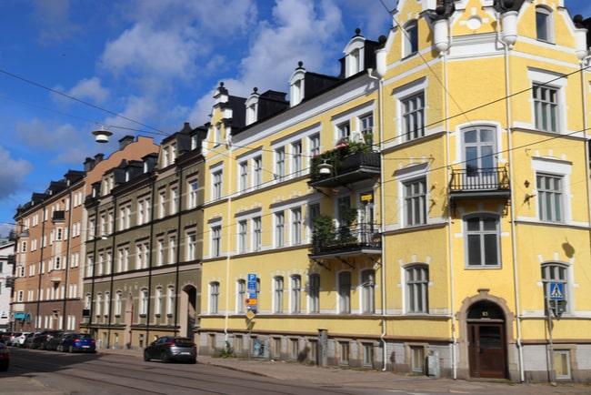 Ett gammalt gult flerfamiljshus