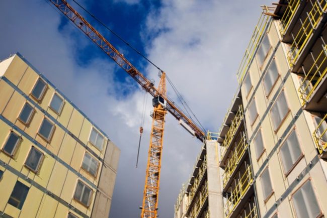Lyftkran vid bostäder under uppbyggnad