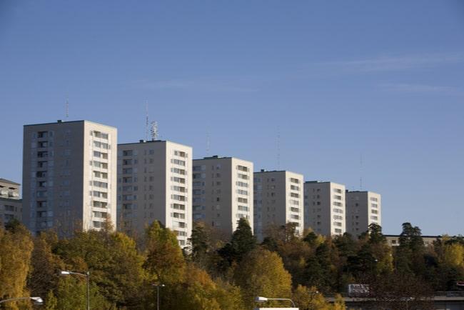 Sex vita flerfamiljshus på rad
