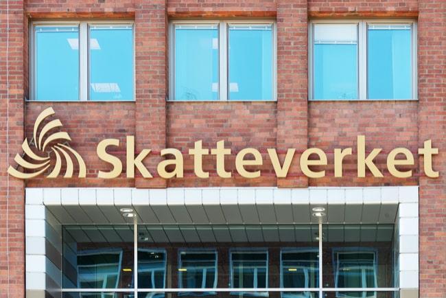 Skatteverkets logga utanför myndighetens entré