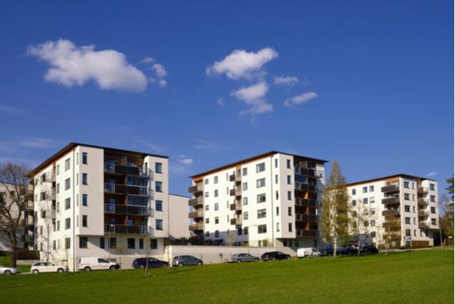 Tre vita moderna flerfamiljshus