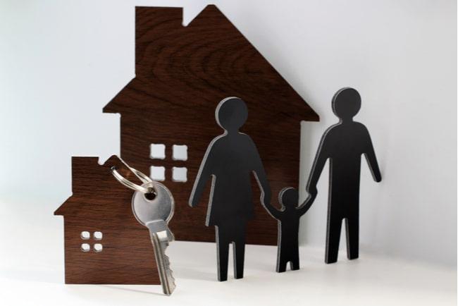 silhuetter av en familj, ett större och ett mindre hus och nycklar