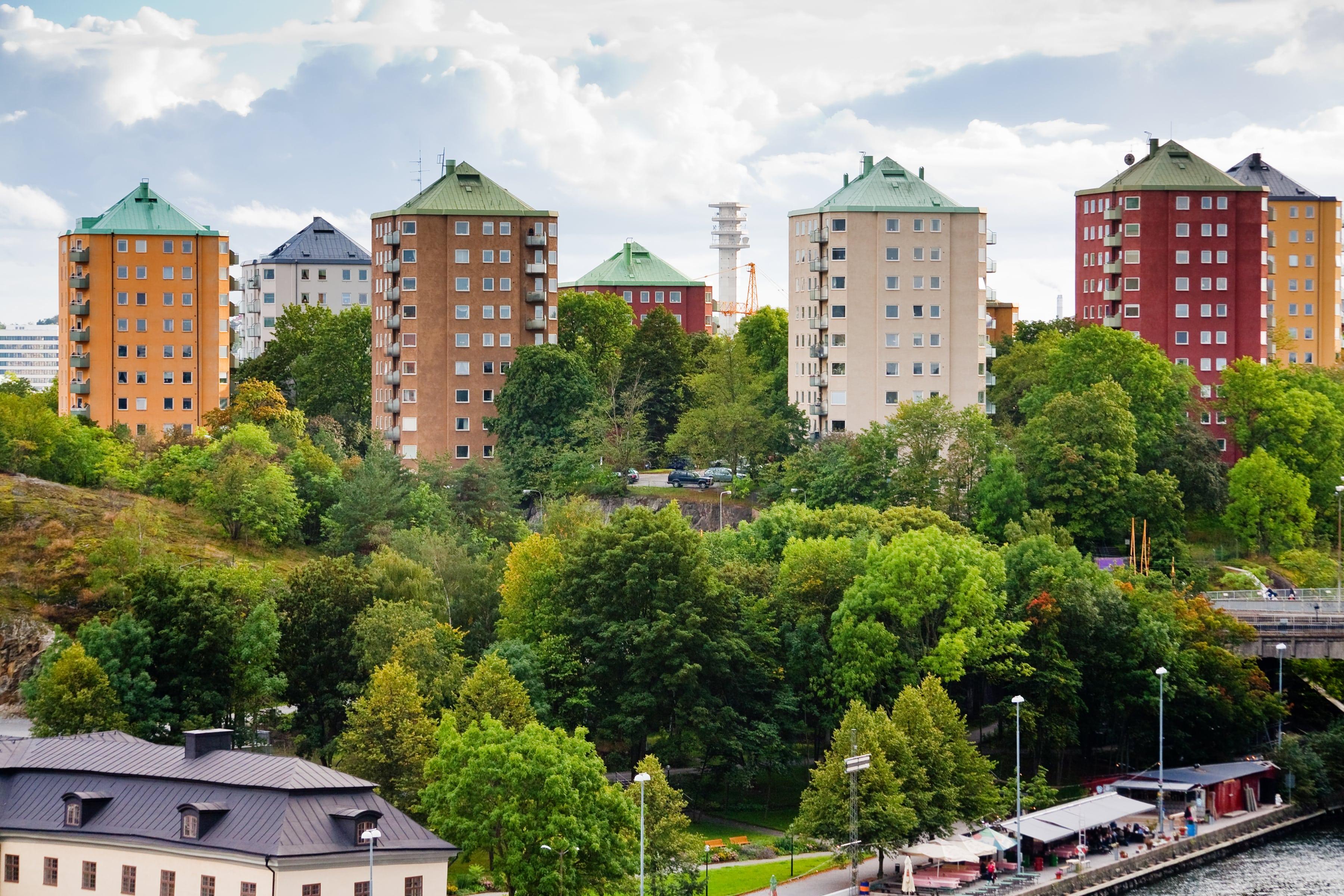 lägenhetshus i stockholm med gröna träd runt omkring
