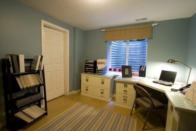 litet kontorsmöblerat rum