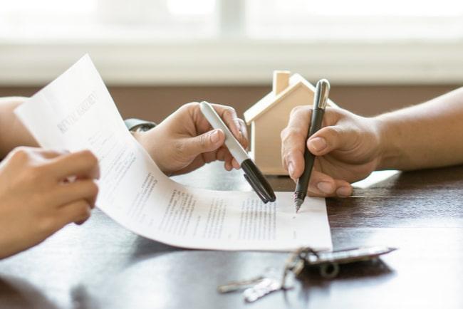 två personer signerar ett kontrakt