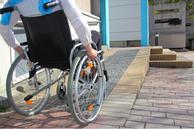 Kvinna i rullstol använder en ramp
