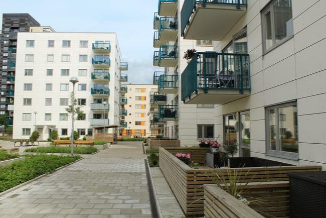 utsikt över lägenhetshus från innergård