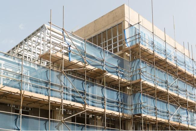 pågående bygge av lägenhetshus