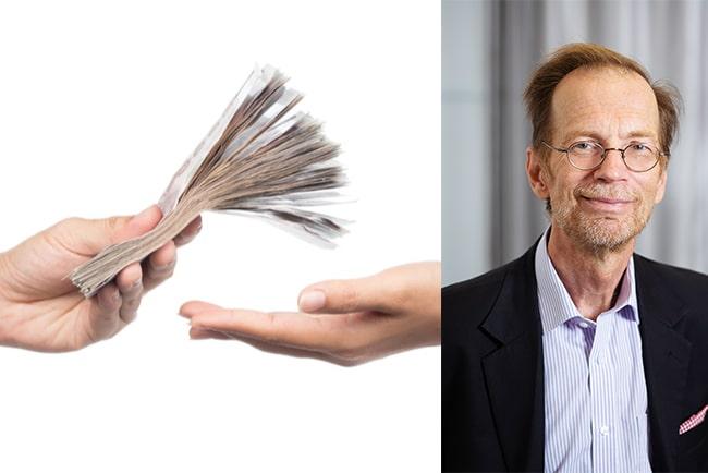 hand överlämnar pengar till en annan hand. Kjell Johansson, hyresråd i hyresnämnden Stockholm