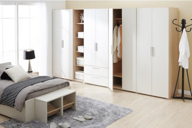 ett sovrum med garderober längs väggen