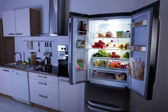Kylskåp fyllt med mat