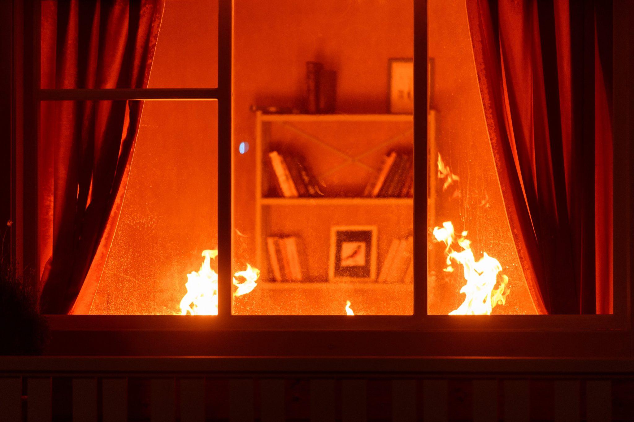 fönster in till ett brinnande rum