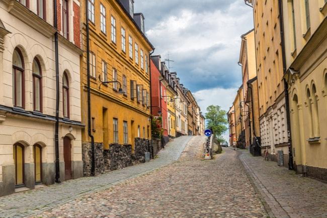kullerstensgata med gamla byggnader i stockholm