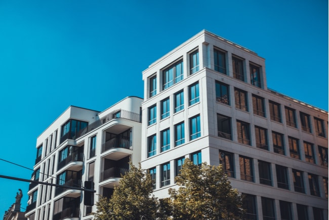 modernt hus med nybyggda lägenheter