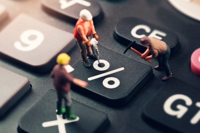 Animerade arbetare borrar i en knapp med procent-tecknet