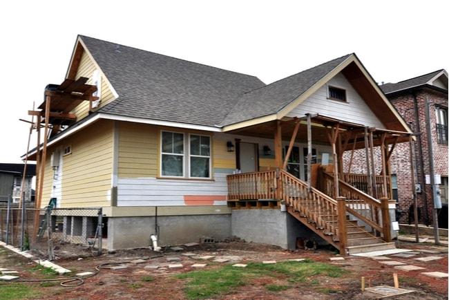 slitet hus med byggställningar runt omkring