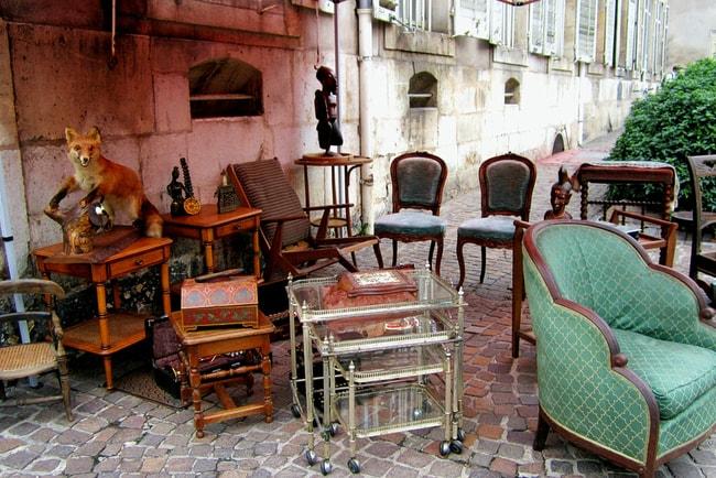 gamla möbler uppställda utomhus
