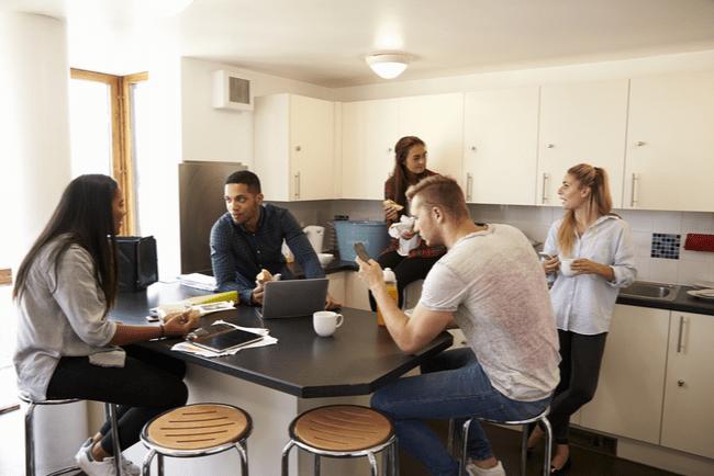 fem studenter umgås i gemensamt kök
