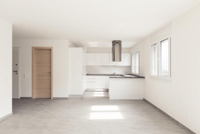 tomt kök och tom yta i modern lägenhet
