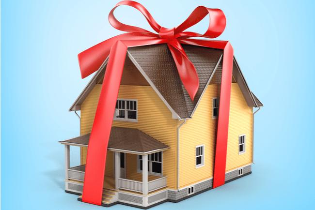 gul villa inslagen i rött presentsnöre