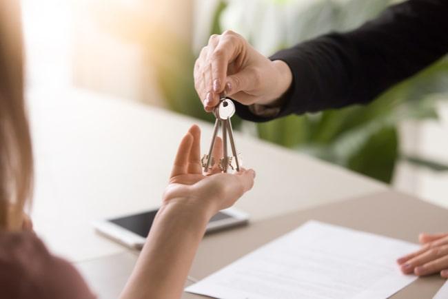 kvinna sträcker över nycklar