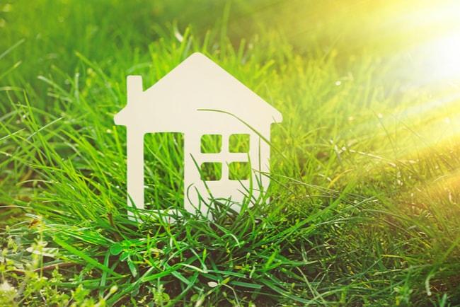 miniatyrhus i gräset en solig sommardag