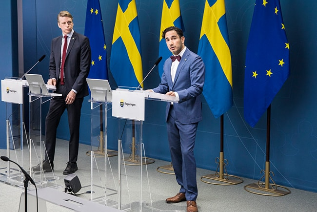 Per Bolund och Ardalan Shekarabi under pressträffen den 13 maj 2020