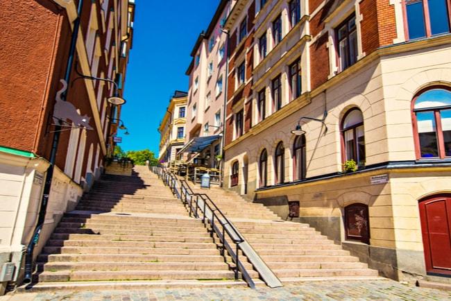 trappa mellan gamla hus i centrala Stockholm