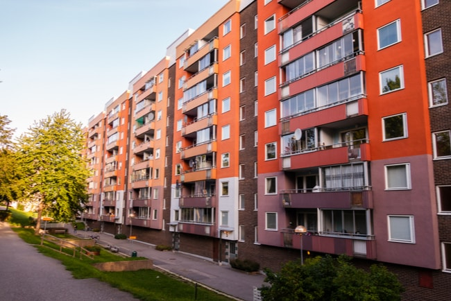 huslänga med lägenhetshus