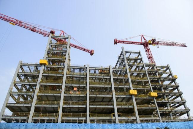 hög byggnad under konstruktion