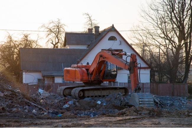 grävmaskin river ett hus