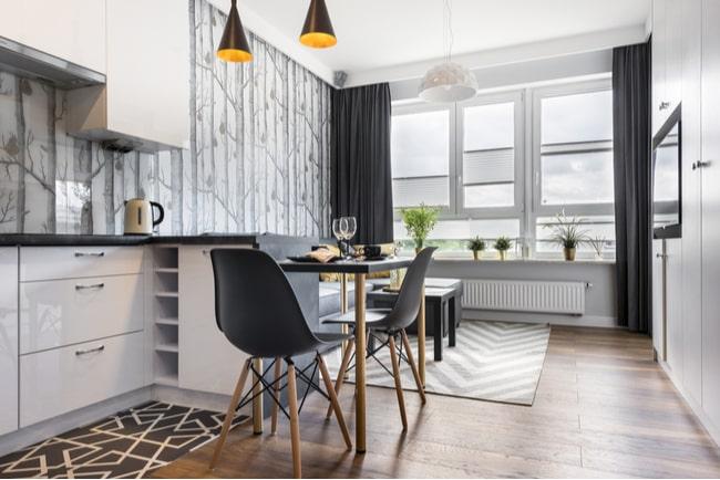 matplats i köket i modern liten lägenhet