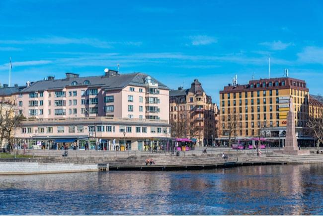 lägenhetshus på andra sidan vattnet i Örebro